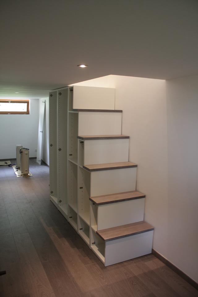 Fabriquer meuble escalier - Table de lit a roulettes